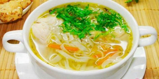 Простой куриный суп с домашней лапшой